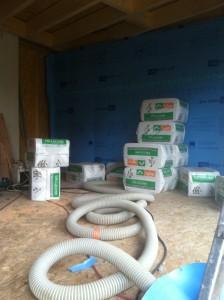 L' insufflation de ouate de cellulose dans les caissons en cours à gauche...