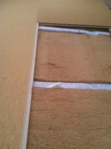 Exemple d'utilisation d'isolants écologiques : croiser 2 couches de laine de bois souple et fibre de bois rigide pour réaliser une parfaite isolation de toiture.